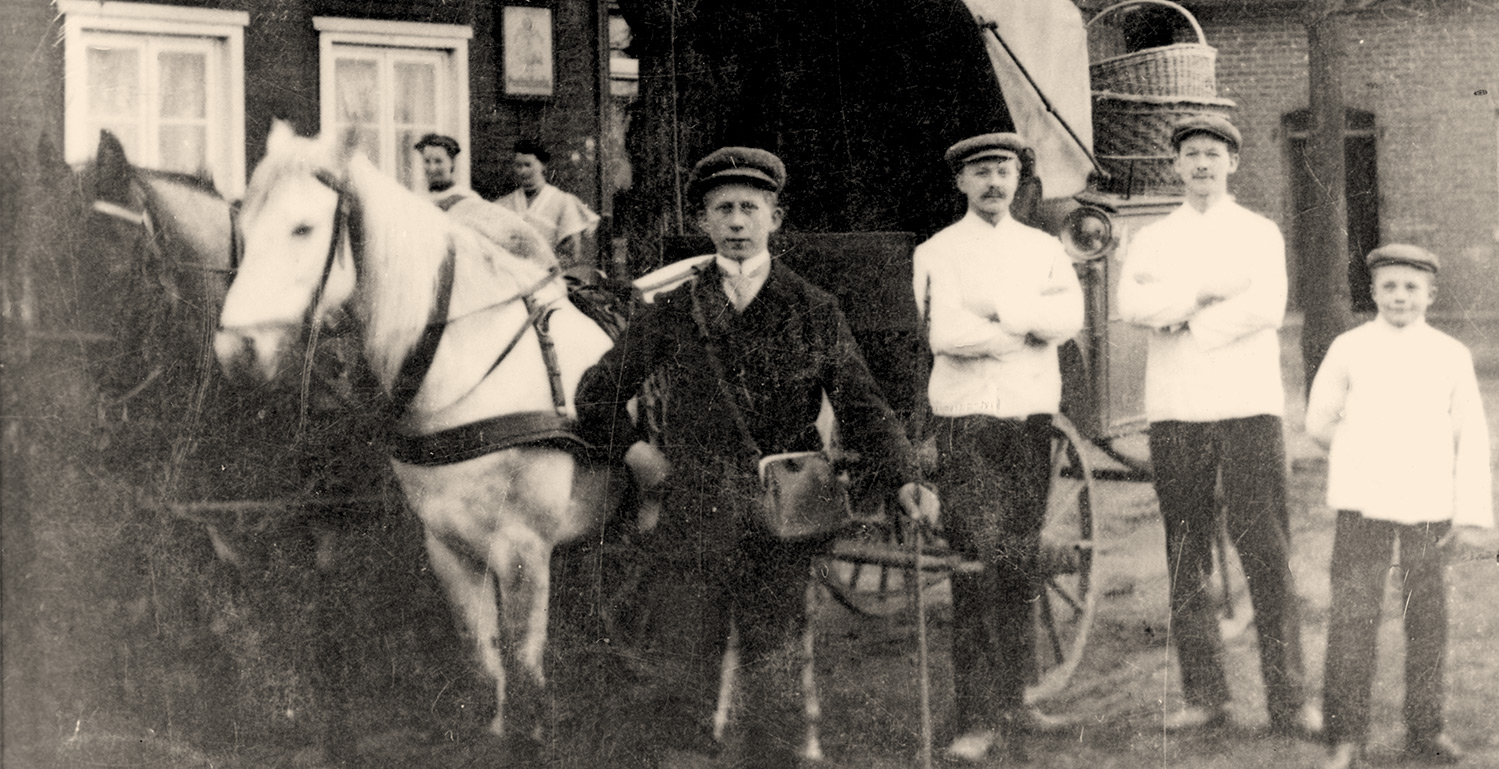 August Schulte with the employees in front of the company's carriage